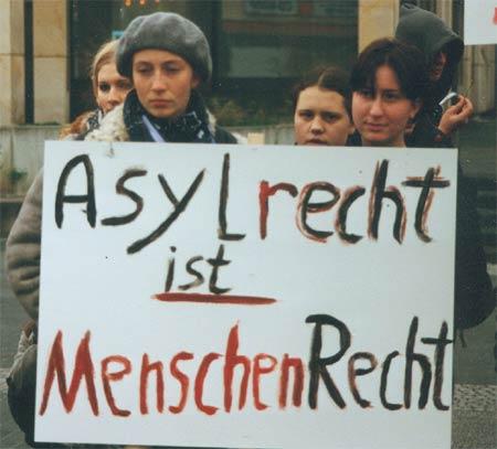 Maedels_mit_Schild.jpg